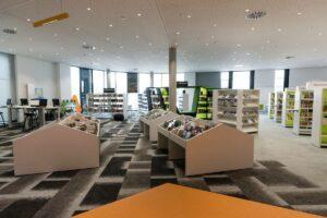 Bibliotheksraum mit niedrigen Regalen voll Bücher.
