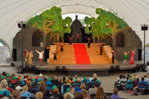 Kuppelförmige Bühne auf der eine Kindertheateraufführung stattfindet.