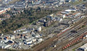 Hauptbahnhof und umliegende Gebäude aus großer Höhe und Entfernung fotografiert.