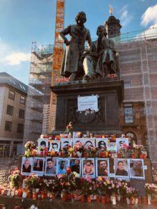 Kerzen und Bilder am Fuße des Brüder-Grimm-Denkmals.
