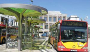 Ein rot-gelber Bus steht auf dem ZOB in Hanau